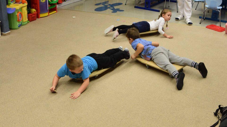 Děti jezdí na skateboardech a hledají kartičky pexesa