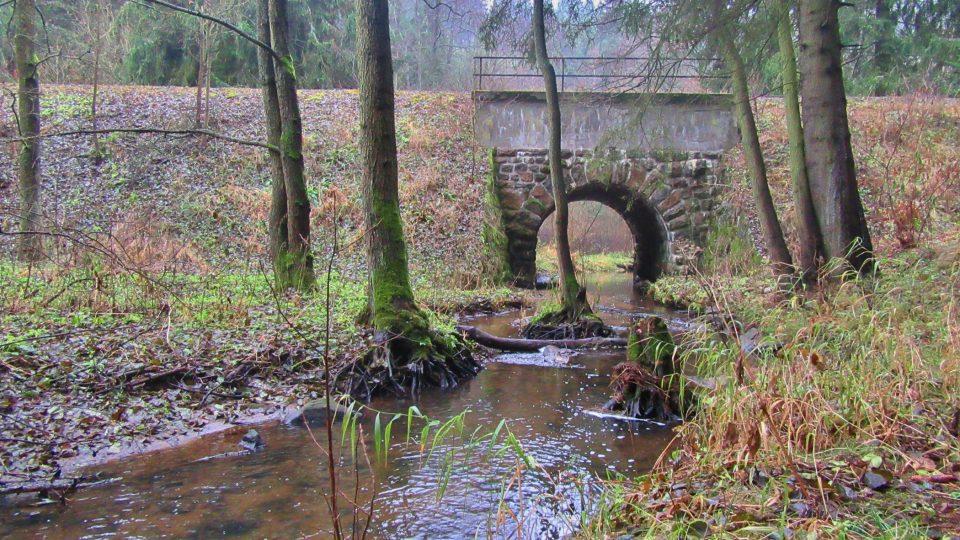 Trať na sedmi místech podtéká Borecký potok