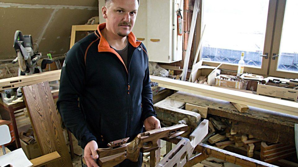 Josef Šenberk vyrábí ve své dílně v Budíkově na Českodubsku pažby hvězdných malorážek českých biatlonistů