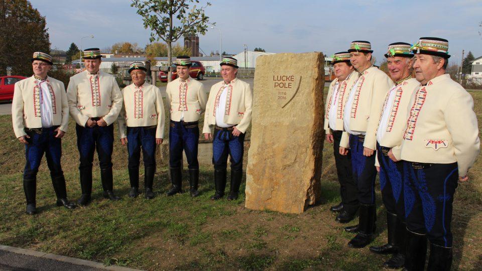 Mužský pěvecký sbor Dolněmčané u památného kamene