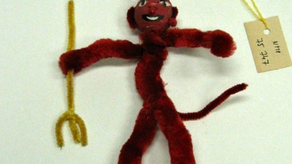 Figurka čerta, vyrobená z drátu, který je obalený červeným silonem. Datace 70. – 80. léta 20. století