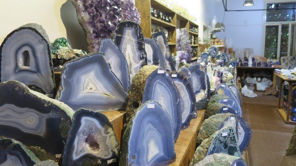 Achát není jeden minerál, ale směs proužků křemene, chalcedonu a opálu