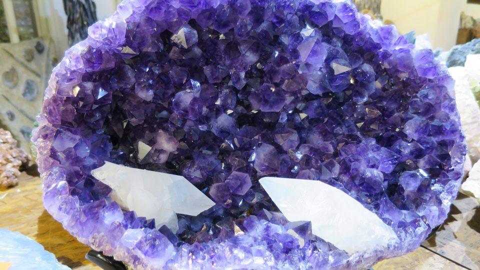 Drůza ametystu se světlými krystaly