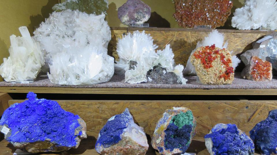 Minerály v jejich přirozené podobě, v popředí modré azurity
