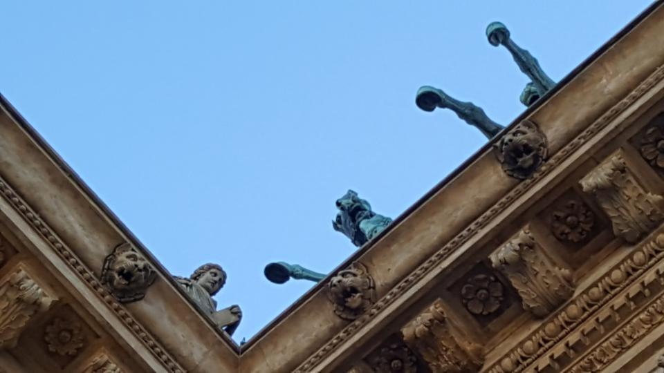 Trigy se tyčí na budově Národního divadla od roku 1911
