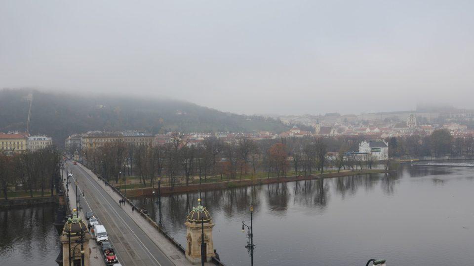 Za mlhy je pohled na Prahu tajuplný
