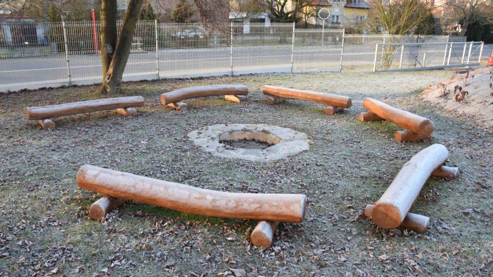 Ohniště s lavičkami pro odpolední slavnosti