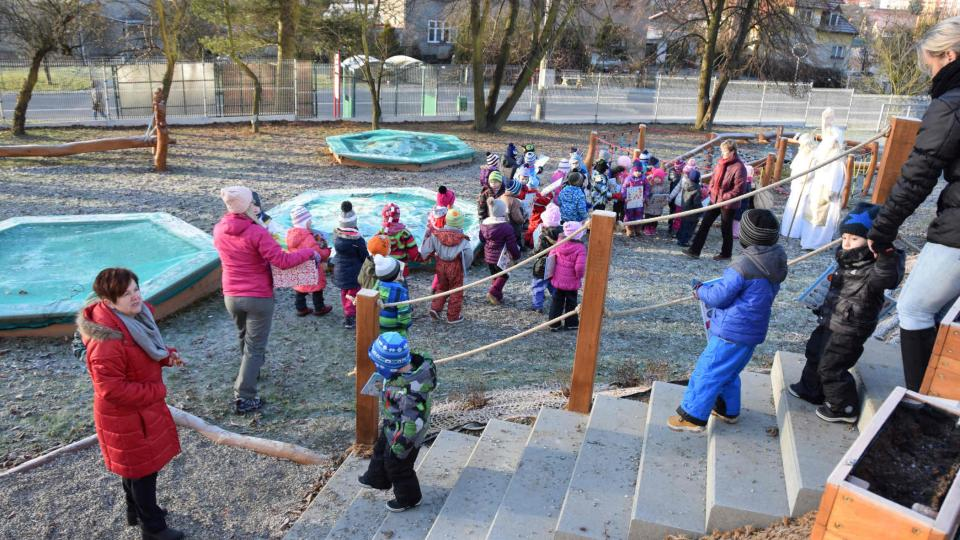 Děti na novém dětském hřišti