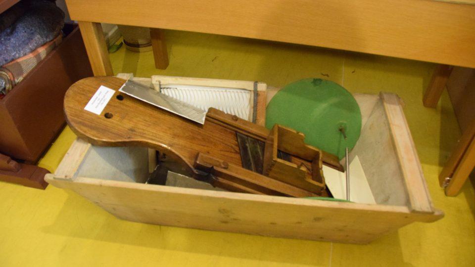 Necky a kruhadlo na zelí z expozice kunínského muzea