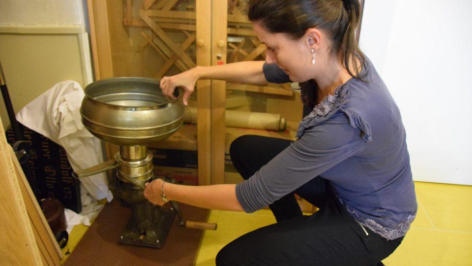 Eva Rusková ukazuje starou odstředivku na mléko