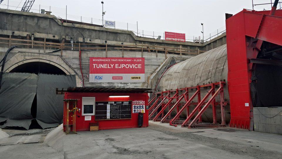 Obří stroj Viktorie teď razí druhý tunelový tubus. Pod vrchem Homolka postupuje daleko rychleji než při ražbě první části