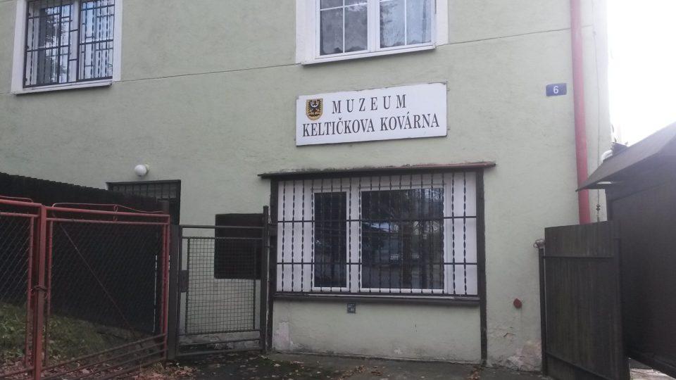 Na dvorku tohoto domu skutečně stávala historická kovárna