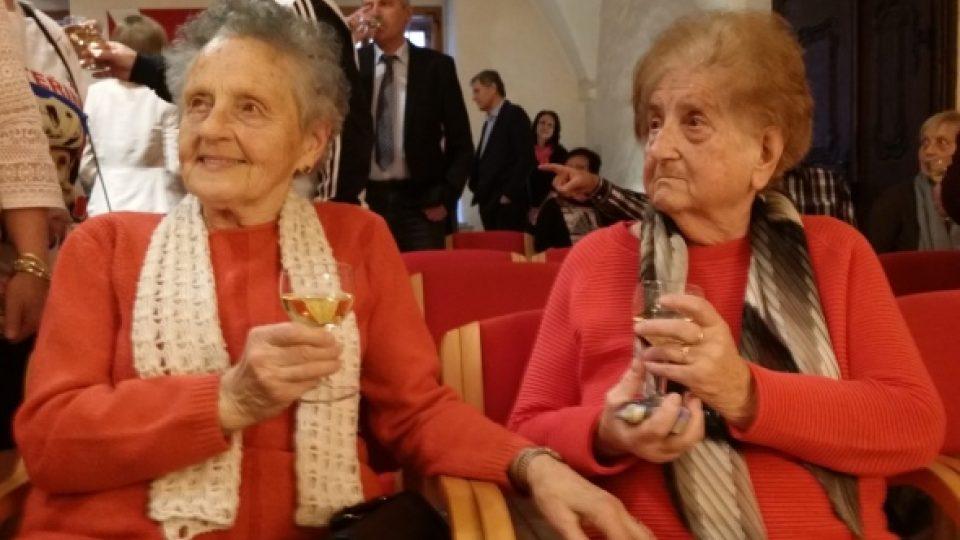 Ceremoniálu se zúčastnily i obě babičky Kateřiny Nash