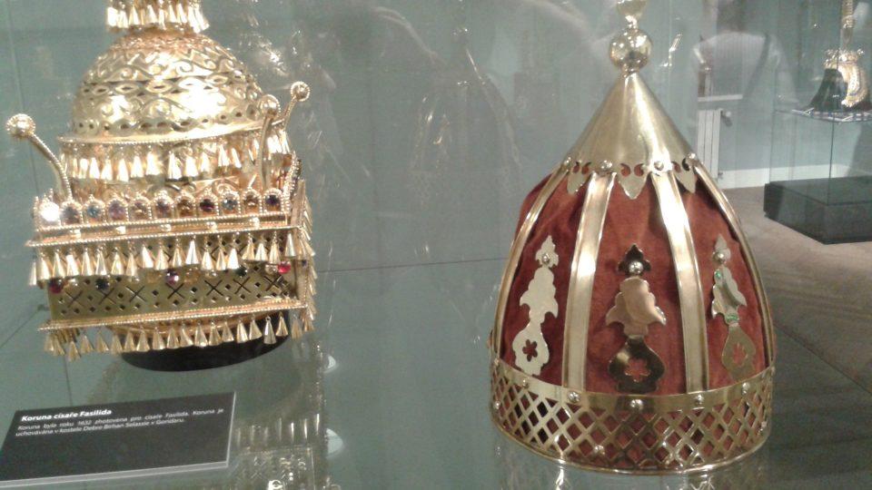 Výstava ukazuje i koruny z Asie, Ameriky a Afriky