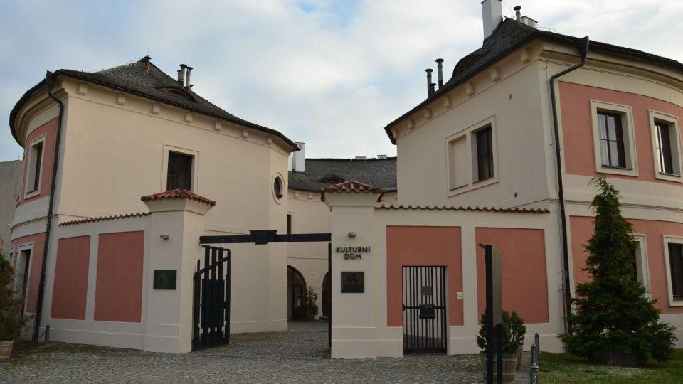 Při přestavbě v 17. století asi vznikl průchod do nádvoří, kterým se dnes vstupuje