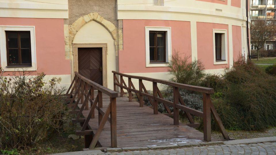 Původní vstup s mostem přes vodní příkop