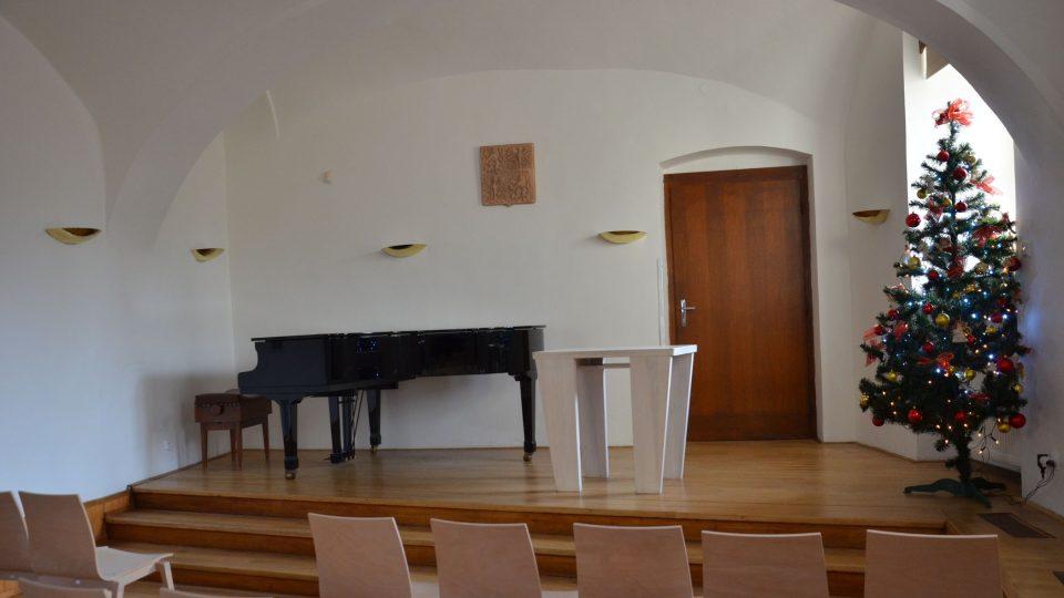 V sále se konají koncerty a také svatební obřady