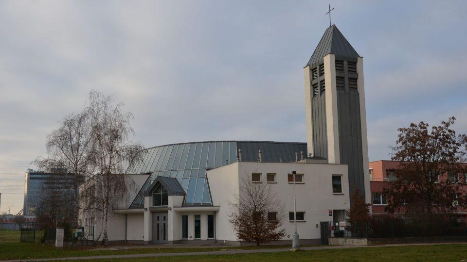 V sousedství stojící sborový dům Jana Milíče z Kroměříže je na rozdíl od středověké tvrze moderní stavbou