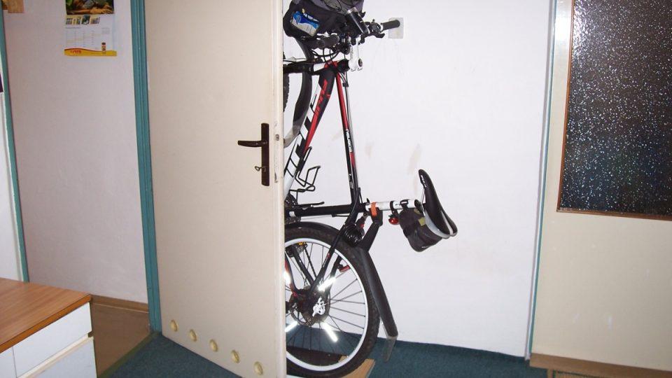 Bezpečnější než ve sklepě je mít kolo v bytě. Důmyslná řešení se dají uplatnit i v malém bytě
