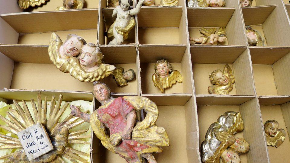 Do muzea doputovaly opravení andílci, restaurátoři budou na figurkách Svitavského betlému pracovat ještě několik let