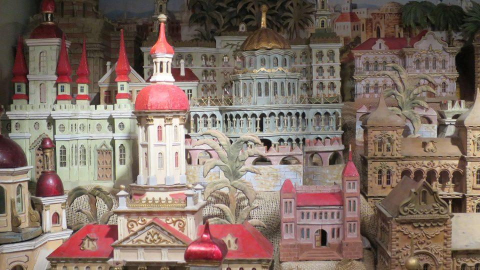 Svitavský betlém má celkem 150 dílů vyřezávaných budov
