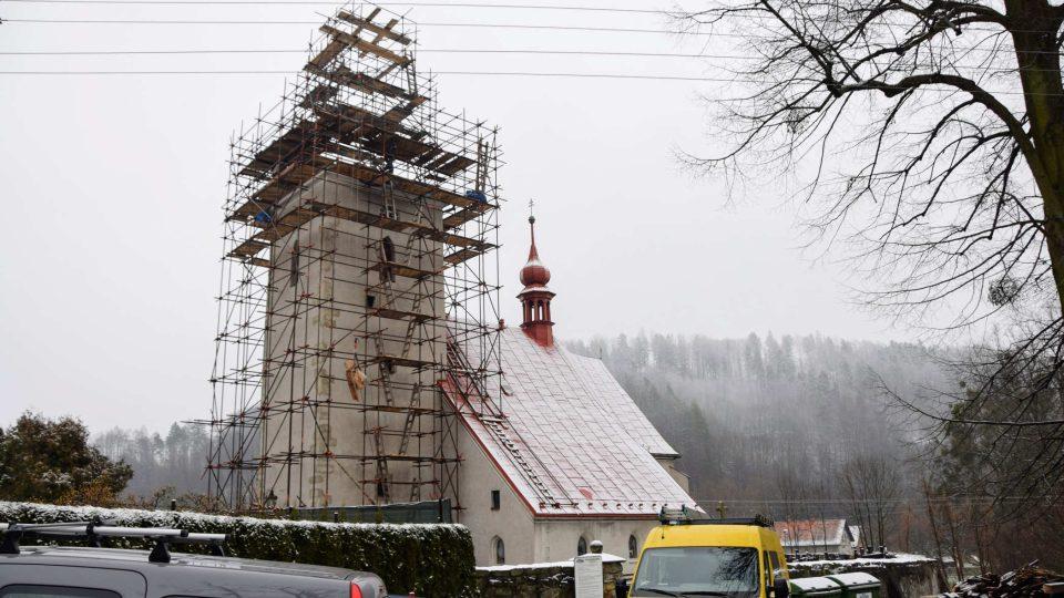Opravovaný kostel Všech svatých ve Vlčovicích