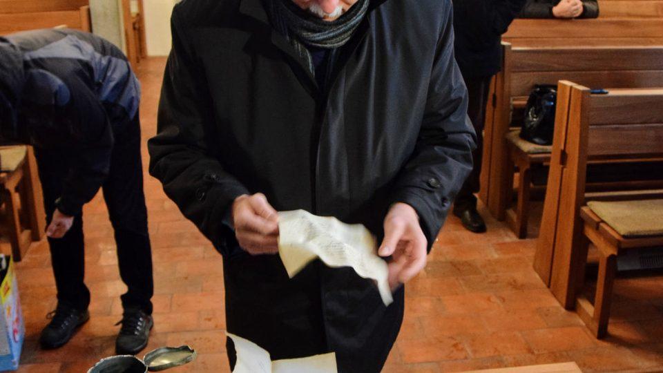 Archivář Karel Chobot prohlíží obsah schránky