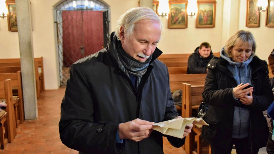 Archivář Karel Chobot čte z jednoho ze dvou dokumentů nalezených ve schránce