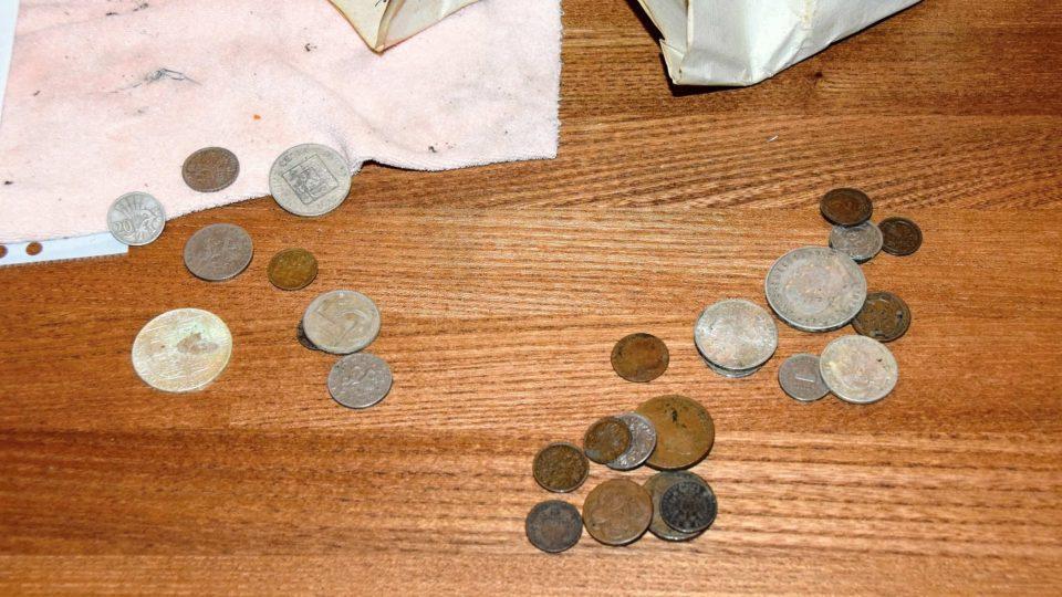 Mince nalezené v tubusu