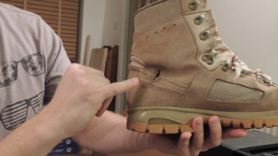 V botě, kterou měl v den zranění Matt na sobě, je dobře patrný průstřel
