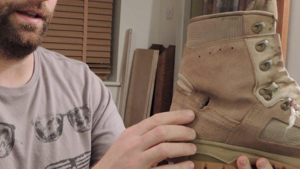 Matt Fischer si prostřelenou botu schoval na památku