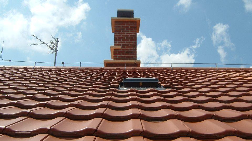 Pokud to střecha umožňuje, ideální je nasměrovat světlovody na jižní část střechy, kam přes rok dopadá nejvíce slunečních paprsků