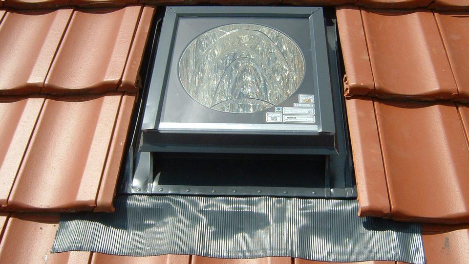 Světlovod místo střešního okna se doporučuje i tam, kde je tloušťka konstrukce delší než 30 – 40 cm