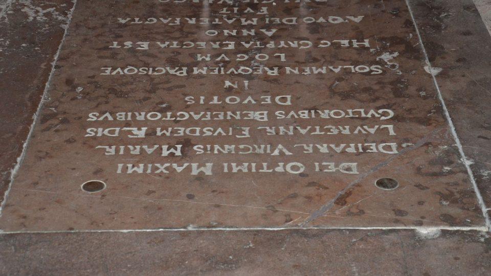 Pod tímto kamenem se ukrývá vstup do krypty s freskami