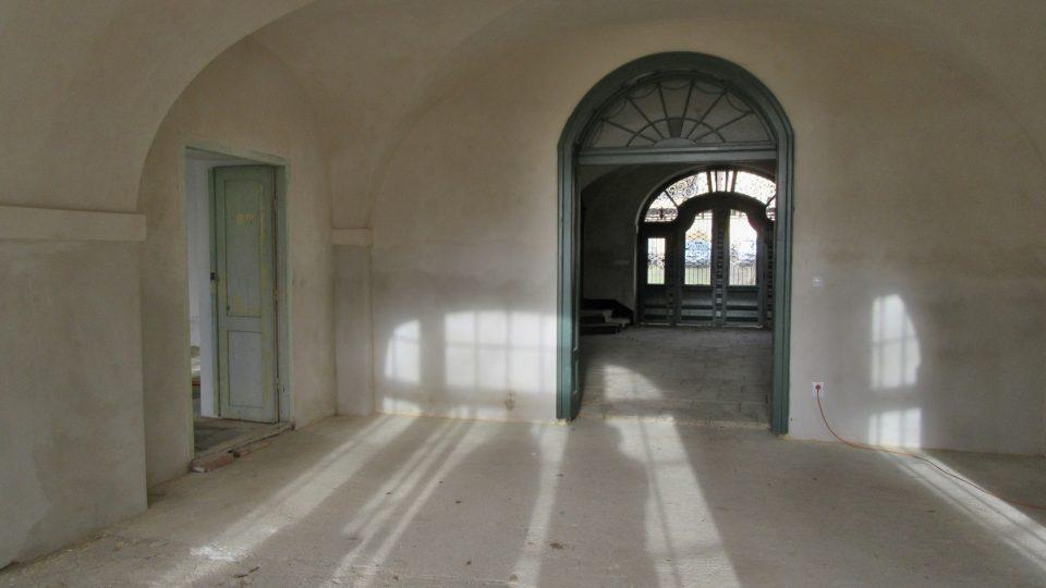 Nejdříve se opravy dočkal vstupní sál zámku