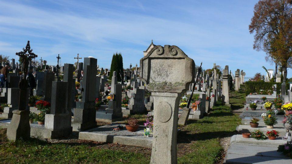 Kamenná zastavení křížové cesty jsou dnes umístěna na hřbitově