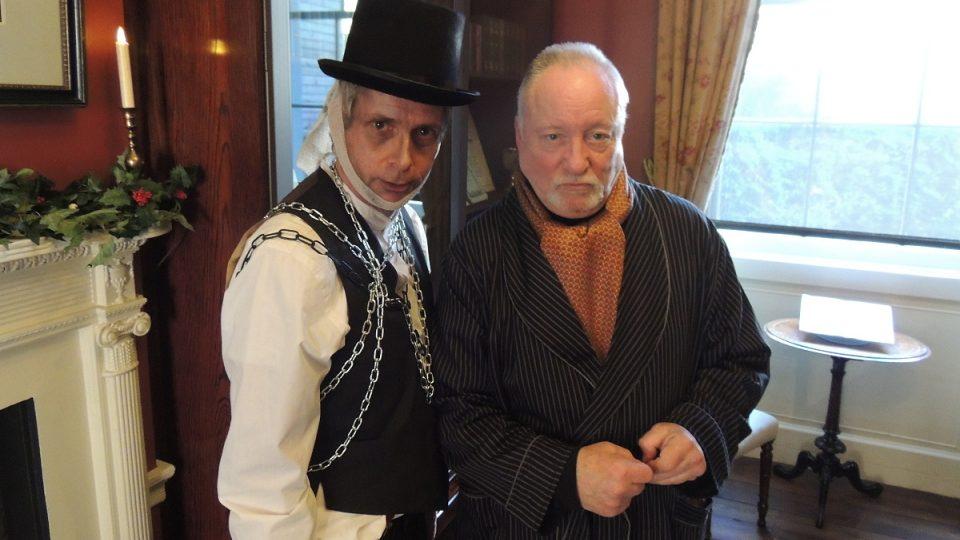Duch Jakuba Marleyho a Ebenezer Scrooge v podání Marka Shaera a Juliana Birda