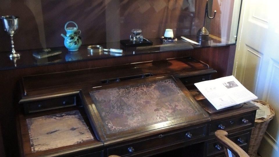 Dickensův psací stůl