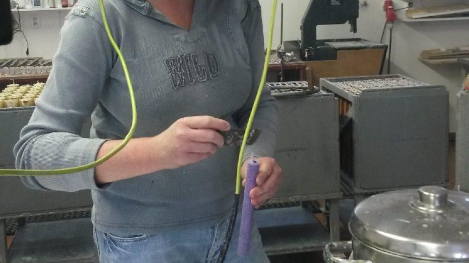 Již několik let pracuje Jana Šafratová v dílně, kde se vyrábí svíčky