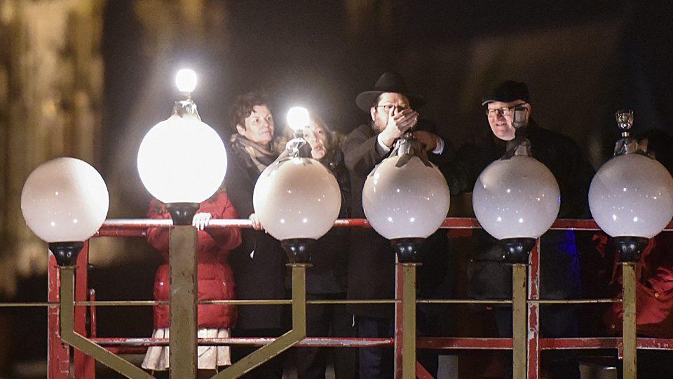 Židé před Rudolfinem rozsvítili osmiramenný svícen. Připomněli si i oběti útoku v Berlíně