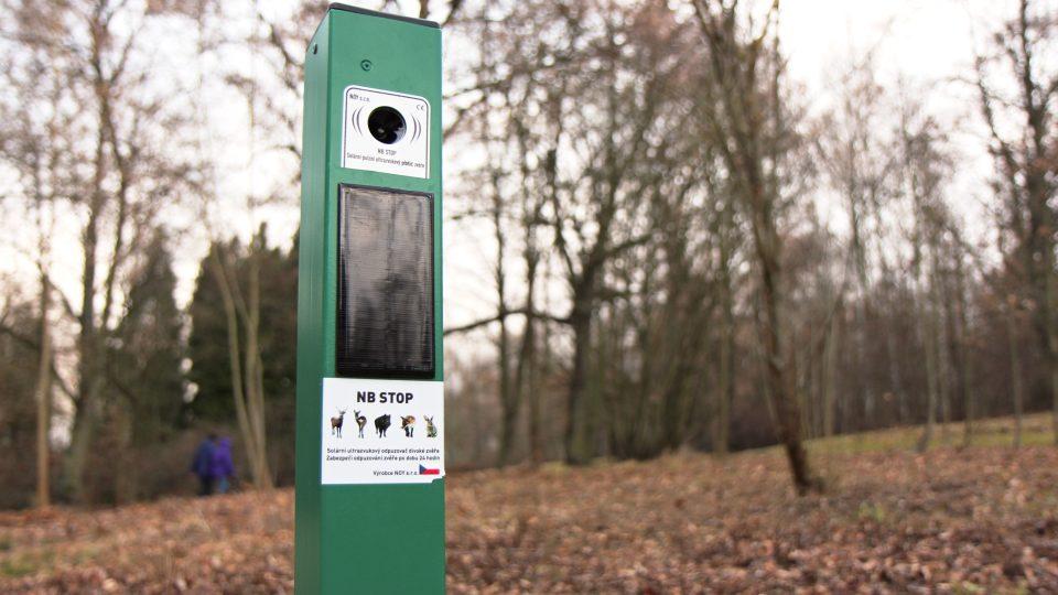 Ve sloupcích umístěných v parku jsou zabudované vyvíječe ultrazvukových vln, které slyší pouze divočáci