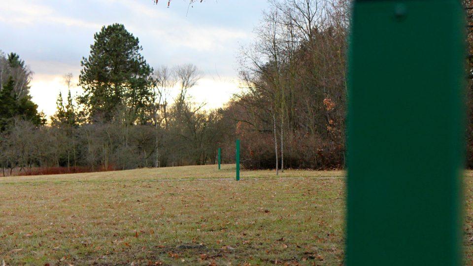 V Borském parku na kritickém území je umístěno 25 zelených sloupů se zabudovanými plašičkami