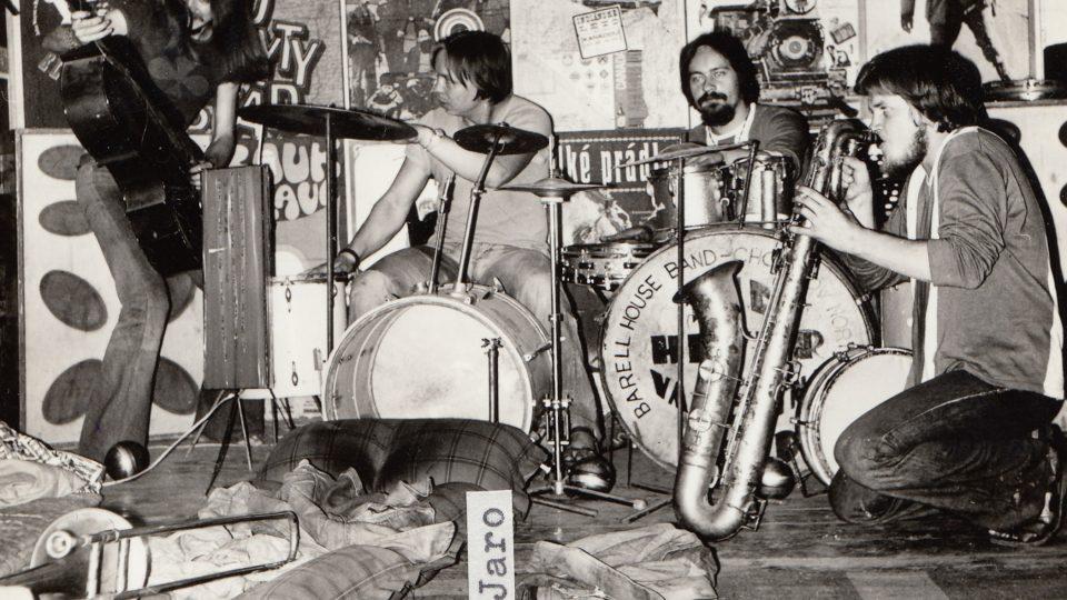 Koncert, konec 70. let, Jaroslav Chnapko hraje na bicí