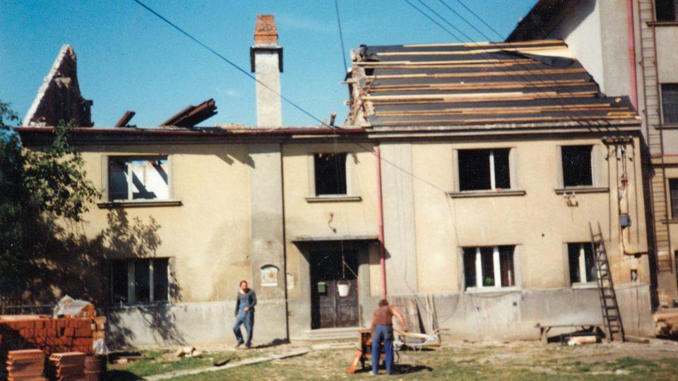 Pohled na usedlost v Osvračíně, 1990