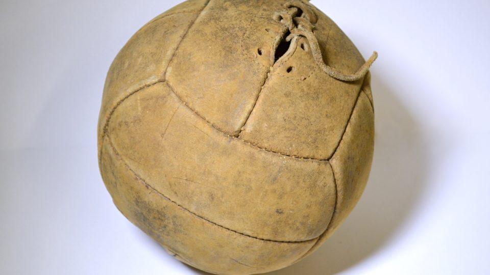 Kožený kopací míč s gumovou duší z poloviny 20. století