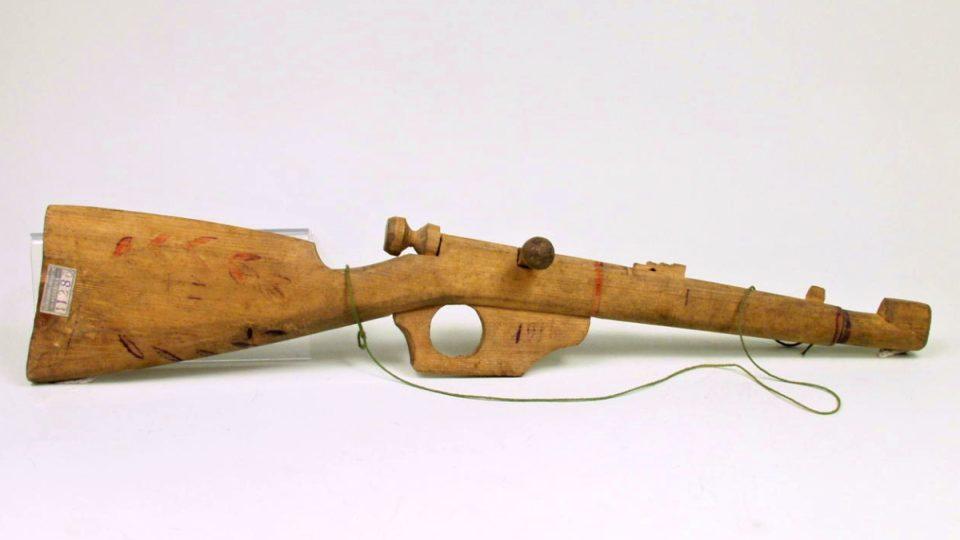 Dětská puška. Řezba z měkkého dřeva. Práce ruského zajatce z let 1916 – 1918