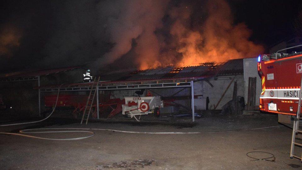 Požár, při kterém začaly hořet balíky slámy, se později rozšířil na celou budovu