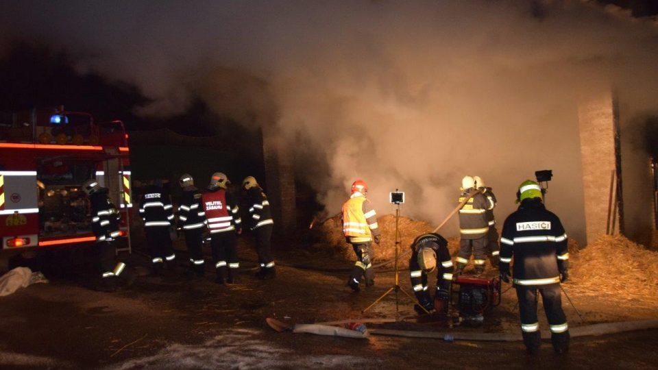 Hořící sklad se senem a zemědělskou technikou v Jílovišti u Prahy zaměstnal první den nového roku středočeské hasiče