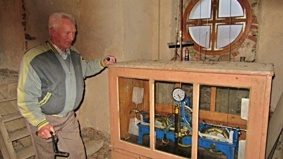 Hodinový stroj chrání před pracehm prosklená skříň
