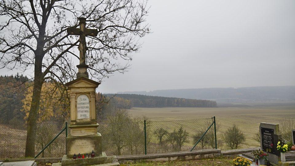 Návrší Byšičky s kostelem a hřbitovem je dějištěm Erbenových Svatebních košilí
